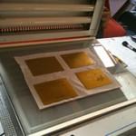 Insolation de la plaque photopolymère - cours de gravure