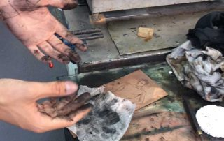 réalisation de la gravure à l'eau-forte sur la plaque de cuivre-atelier3113